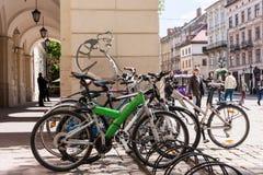 在利沃夫州,乌克兰骑自行车在集市广场的停车处 免版税库存照片