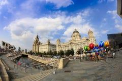 在利物浦江边的历史建筑 免版税库存图片