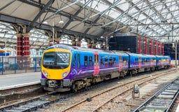 在利物浦石灰街道火车站的普通车 库存图片