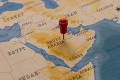在利雅得,世界地图的沙特阿拉伯的一个别针 免版税库存图片
