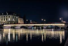 在利马特河的桥梁在晚上在苏黎世 库存图片
