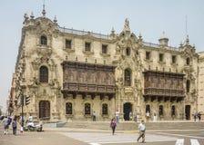 在利马的广场市长的Ornated大厦在秘鲁 免版税库存图片