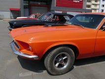 在利马陈列的橙色颜色Ford Mustang 免版税库存图片