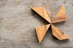 在别针轮子形状的木七巧板难题 库存图片