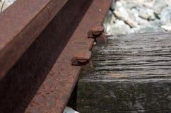 在别针,葡萄酒火车轨道的老铁路焦点 免版税库存照片