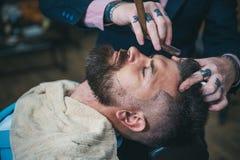 在刮脸激怒以后 理发店 髭蜡 发廊和理发师葡萄酒 库存照片