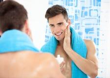 在刮脸以后的英俊的人 库存图片