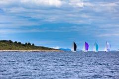 在刮风的天气的亚得里亚海乘快艇赛船会 库存图片