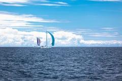 在刮风的天气的亚得里亚海乘快艇赛船会 免版税库存图片