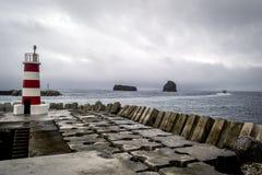 在到达在Pico海岛上的码头和小船的一座灯塔  库存图片