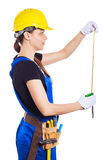 在制服的妇女建造者拿着一块砖 免版税图库摄影