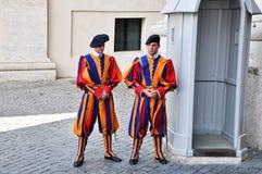 在制服的罗马教皇的瑞士近卫队在梵蒂冈。 免版税库存照片