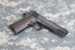 在制服的马驹1911年手枪 免版税库存图片