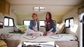在制片人和Boho样式打扮的结合年轻女人坐在自动拖车 股票视频