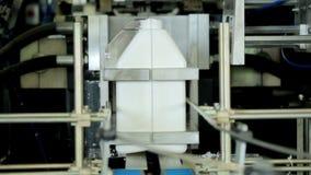 在制造业线的塑料罐 自动化的生产线 股票录像