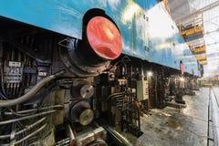 在制造业车间植物中按轧板机机器  免版税库存照片