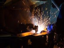 在制造期间, MIG焊工用途火炬点燃做火花 库存照片