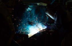 在制造期间, MIG焊工用途火炬点燃做火花 免版税库存图片