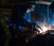 在制造期间, MIG焊工用途火炬点燃做火花 免版税图库摄影