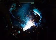 在制造期间, MIG焊工用途火炬点燃做火花 库存图片