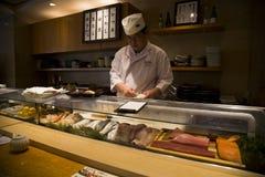 在制造的日本寿司 免版税库存图片