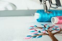 在刺绣机器的工作区 免版税库存照片