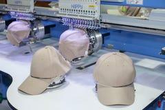 在刺绣机器的盖帽 免版税库存照片