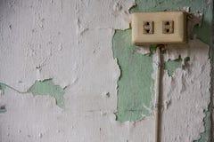 在削皮墙壁上的老出口 库存照片