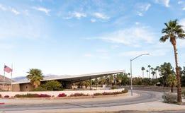 在前加油站大厦的访客中心  免版税库存图片