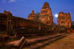 在前小狗寺庙的月亮 免版税库存图片