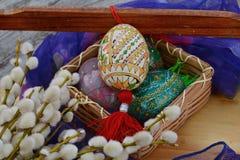在前景的复活节,白色和黄色,华丽鸡蛋 免版税库存图片