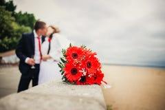 在前景的婚礼花束 免版税库存照片