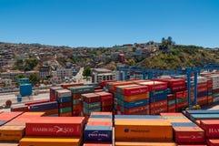 在前景的容器在瓦尔帕莱索,智利港  免版税库存图片