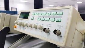 在前景的数字式示波器在背景中 图库摄影