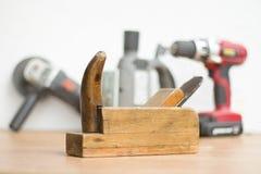 在前景的老木匠细木工技术 角度研磨机、fretsaw和螺丝刀在背景中 库存图片