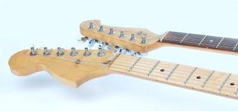 在前景 一把声学吉他的fretboard 孤立 免版税库存照片