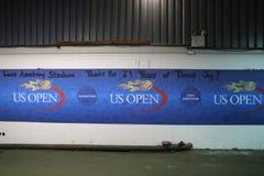 在前次正式比赛以后签字在路易斯阿姆斯特朗体育场在比利・简・金国家网球中心 库存图片