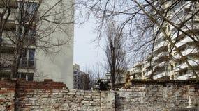 在前犹太少数民族居住区的历史墙壁有现代公寓的 免版税库存照片