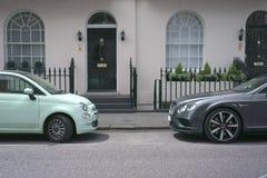在前门的两辆汽车 免版税图库摄影