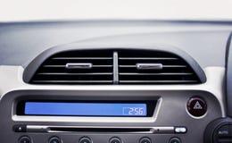 在前面内部乘客的汽车空调器为调整a 免版税库存照片