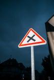 在前面正确的危险未管制的交叉点的优先权 免版税库存图片