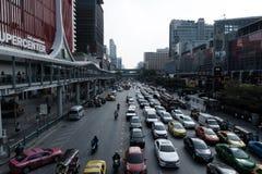 在前面的交通在密西中心和中央世界前面的Ratchaprasong路 免版税库存图片