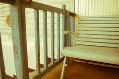 在前面的老长凳 库存照片