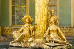 在前面的金黄雕象中国房子 免版税库存图片