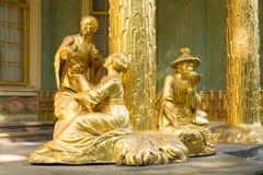 在前面的金黄雕象中国房子 库存图片