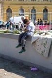 在前面的难民男孩在Keleti火车站在Budap 库存照片