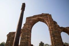 在前面的Qutub Minar 免版税库存照片