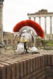 在前面罗马废墟的罗马战士盔甲。 库存图片
