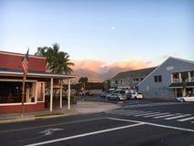 在前面街道上的日落在Lahaina 免版税库存照片