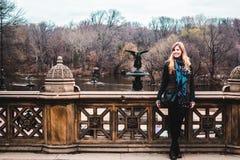 在前面ot中央公园的贝塞斯达Gountain的Gir在Manhatt 免版税库存照片